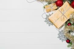 Τοπ άποψη πλαισίων υποβάθρου χριστουγεννιάτικων δώρων ή δώρων σχετικά με το λευκό Στοκ Φωτογραφία