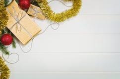 Τοπ άποψη πλαισίων υποβάθρου χριστουγεννιάτικων δώρων ή δώρων σχετικά με το λευκό Στοκ Εικόνες
