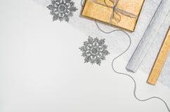 Τοπ άποψη πλαισίων υποβάθρου χριστουγεννιάτικων δώρων ή δώρων σχετικά με το λευκό Στοκ φωτογραφίες με δικαίωμα ελεύθερης χρήσης