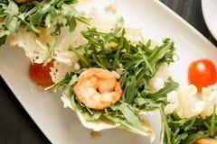 Τοπ άποψη που πυροβολείται του yummy γεύματος με τα prowns Στοκ Φωτογραφίες