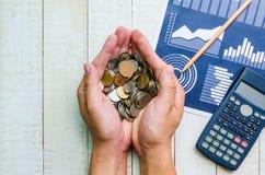 Τοπ άποψη πολλά νομίσματα στα χέρια Στοκ Εικόνες