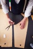 Τοπ άποψη: Ράφτης που εργάζεται στο στούντιο ατελιέ στοκ εικόνα