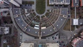 Τοπ άποψη στα σύγχρονα σπίτια και τα οδοστρώματα πολυόροφων κτιρίων γύρω απόθεμα βίντεο