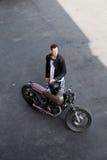 Τοπ άποψη στο βάναυσο άτομο με τη μοτοσικλέτα συνήθειας δρομέων καφέδων Στοκ Εικόνες