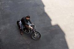Τοπ άποψη στο βάναυσο άτομο με τη μοτοσικλέτα συνήθειας δρομέων καφέδων στοκ φωτογραφία