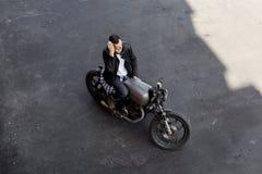Τοπ άποψη στο βάναυσο άτομο με τη μοτοσικλέτα συνήθειας δρομέων καφέδων Στοκ φωτογραφίες με δικαίωμα ελεύθερης χρήσης
