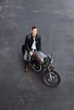 Τοπ άποψη στο βάναυσο άτομο με τη μοτοσικλέτα συνήθειας δρομέων καφέδων στοκ εικόνα