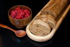 Τοπ άποψη στο πιάτο με το τεμαχισμένο ψωμί, το φλυτζάνι με τα σμέουρα και το s στοκ φωτογραφίες