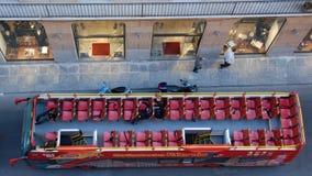 Τοπ άποψη σχετικά με ένα ανοικτό επισκέπτομαι-λεωφορείο Στοκ Εικόνα