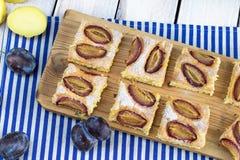 Τοπ άποψη σχετικά με ένα κέικ φυσαλίδων πατατών με τις φέτες δαμάσκηνων στοκ εικόνα