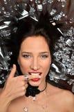 Τοπ άποψη σχετικά με ένα νέο όμορφο brunette στους πολύτιμους λίθους μεταλλοφόρων κοιτασμάτων, δίκρανα μαχαιροπήρουνων, γυαλιά γι στοκ εικόνες με δικαίωμα ελεύθερης χρήσης
