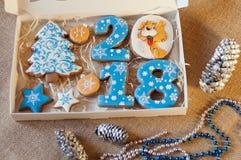Τοπ άποψη σχετικά με τα εορταστικά σπιτικά μπισκότα μελιού για το νέο έτος Στοκ Εικόνες