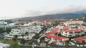 Τοπ άποψη σχετικά με την ισπανική πόλη με τα σπίτια με τις πορτοκαλιές στέγες, ηλιοβασίλεμα Adeje, Tenerife νησί, Ισπανία φιλμ μικρού μήκους