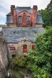 Τοπ άποψη σχετικά με την κοκκινωπή πρόσοψη τούβλου ενός κτηρίου σε Mont Saint-Michel, Γαλλία Στοκ Εικόνες