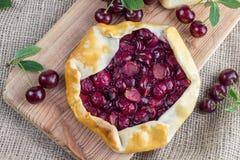 Τοπ άποψη σχετικά με την πίτα βύσσινων Rustical στο ύφασμα γιούτας με το μερικό s Στοκ φωτογραφίες με δικαίωμα ελεύθερης χρήσης