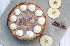 Τοπ άποψη σχετικά με την πίτα της Apple με την κτυπημένη κρέμα με την κανέλα και τη Apple Στοκ φωτογραφία με δικαίωμα ελεύθερης χρήσης