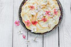 Τοπ άποψη σχετικά με την πίτα φρούτων με τα λουλούδια και τα κτυπημένα λευκά αυγών στοκ φωτογραφία με δικαίωμα ελεύθερης χρήσης