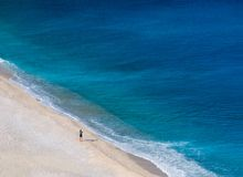 Τοπ άποψη σχετικά με την όμορφη παραλία Myrtos με το τυρκουάζ νερό στο νησί Kefalonia στην ιόνια θάλασσα στην Ελλάδα στοκ φωτογραφία με δικαίωμα ελεύθερης χρήσης