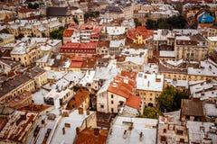 Τοπ άποψη σχετικά με τις ζωηρόχρωμα στέγες και τα σπίτια της παλαιάς ευρωπαϊκής πόλης στοκ εικόνες