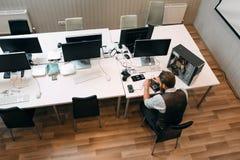 Τοπ άποψη σχετικά με τον ανοιχτό χώρο γραφείων με τον επισκευαστή Στοκ Φωτογραφία
