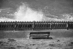 Τοπ άποψη σχετικά με τον απομονωμένο πάγκο στην ακτή με το σπάσιμο των κυμάτων του Ατλαντικού Ωκεανού σε γραπτό, bidart, Γαλλία Στοκ Φωτογραφία