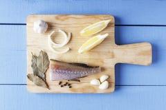 Τοπ άποψη σχετικά με τον ξύλινο πίνακα Λαχανικά και ψάρια στον τέμνοντα πίνακα Τοπ όψη Στοκ φωτογραφία με δικαίωμα ελεύθερης χρήσης