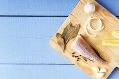 Τοπ άποψη σχετικά με τον ξύλινο πίνακα με τα συστατικά για το μαγείρεμα Φρέσκα οργανικά λαχανικά και ψάρια θάλασσας στον τέμνοντα Στοκ φωτογραφία με δικαίωμα ελεύθερης χρήσης