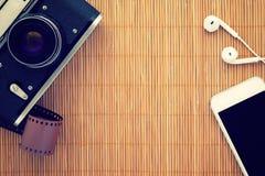 Τοπ άποψη σχετικά με τον πίνακα μπαμπού με τις συσκευές Στοκ Φωτογραφία