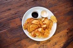 Τοπ άποψη σχετικά με το πιάτο με τα κατ' οίκον γίνοντα τσιπ πατατών Στοκ φωτογραφία με δικαίωμα ελεύθερης χρήσης