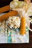 Τοπ άποψη σχετικά με το φλυτζάνι με popcorn και λίγα corncobs Στοκ φωτογραφία με δικαίωμα ελεύθερης χρήσης
