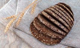 Τοπ άποψη σχετικά με το ψωμί με τα αυτιά της σίκαλης και του σίτου στοκ εικόνες με δικαίωμα ελεύθερης χρήσης