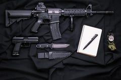 Τοπ άποψη σχετικά με το όπλο, την πυξίδα και το σημειωματάριο Στοκ Φωτογραφίες