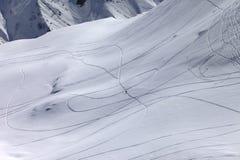 Τοπ άποψη σχετικά με χιονώδη από την κλίση piste με το ίχνος από το σκι και το snowbo Στοκ Εικόνες