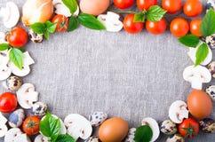 Τοπ άποψη σχετικά με champignon, κρεμμύδια, αυγά, ντομάτες κερασιών Στοκ Εικόνα