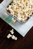 Τοπ άποψη σχετικά με popcorn στο παλαιό τηγάνι Στοκ φωτογραφία με δικαίωμα ελεύθερης χρήσης