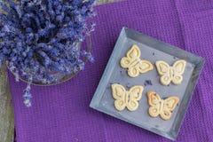Τοπ άποψη τέσσερα μπισκότα μπισκότων με lavender σε έναν δίσκο φύλλων Στοκ Εικόνες