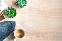 Τοπ άποψη της άνετης εγχώριας σκηνής Βιβλία, μάλλινο κάλυμμα, φλιτζάνι του καφέ και succulent εγκαταστάσεις πέρα από το ξύλινο υπ στοκ εικόνες