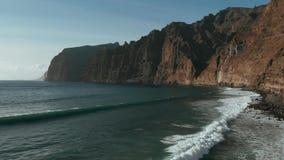 Τοπ άποψη της ακτής του νησιού και των βράχων στον ωκεανό Ataltic στο Los Gigantes, Tenerife, Κανάρια νησιά, Ισπανία φιλμ μικρού μήκους
