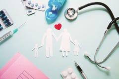 Τοπ άποψη της αλυσίδας οικογενειακού εγγράφου σε ένα γραφείο γιατρών Ιατρικός worktable Οικογενειακή υγειονομική περίθαλψη, ιατρι στοκ εικόνες