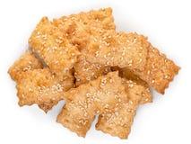 Τοπ άποψη της γλυκιάς κροτίδας μπισκότων μπισκότων με το σουσάμι που απομονώνεται επάνω Στοκ Εικόνες