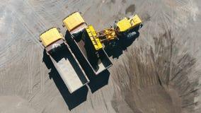 Τοπ άποψη της διαδικασίας εκφόρτωσης αμμοχάλικου που κρατιέται με τα οχήματα φιλμ μικρού μήκους