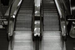 Τοπ άποψη της διπλής κατεύθυνσης κυλιόμενης σκάλας σε γραπτό Στοκ Εικόνες