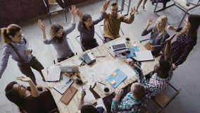 Τοπ άποψη της επιχειρησιακής ομάδας που εργάζεται στο καθιερώνον τη μόδα γραφείο σοφιτών Η νέα μικτή ομάδα ανθρώπων φυλών βάζει τ Στοκ εικόνες με δικαίωμα ελεύθερης χρήσης