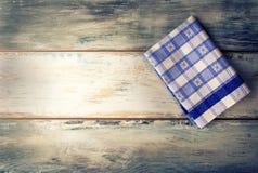 Τοπ άποψη της ελεγμένης πετσέτας στον ξύλινο πίνακα στοκ φωτογραφία με δικαίωμα ελεύθερης χρήσης