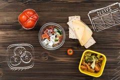 Τοπ άποψη της ελληνικής σαλάτας στον πίνακα μεσημεριανού γεύματος Στοκ εικόνες με δικαίωμα ελεύθερης χρήσης