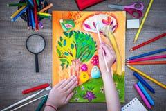 Τοπ άποψη της ζωγραφικής μικρών κοριτσιών στοκ φωτογραφίες