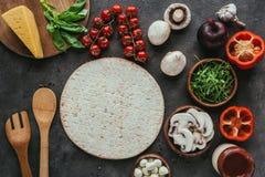 Τοπ άποψη της ζύμης πιτσών με τα διάφορα λαχανικά για το κάλυμμα Στοκ εικόνα με δικαίωμα ελεύθερης χρήσης