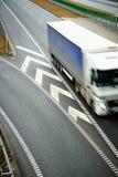 Τοπ άποψη της θολωμένης οδήγησης φορτηγών σε μια εθνική οδό Παρουσίαση της ταχύτητας στις μεταφορές Στοκ Φωτογραφία