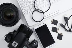 Τοπ άποψη της κάμερας, φακοί, εξοπλισμός φωτογραφίας, έξυπνο τηλέφωνο α Στοκ φωτογραφία με δικαίωμα ελεύθερης χρήσης