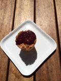 Τοπ άποψη της καρύδας σμέουρων cupcake Στοκ εικόνα με δικαίωμα ελεύθερης χρήσης